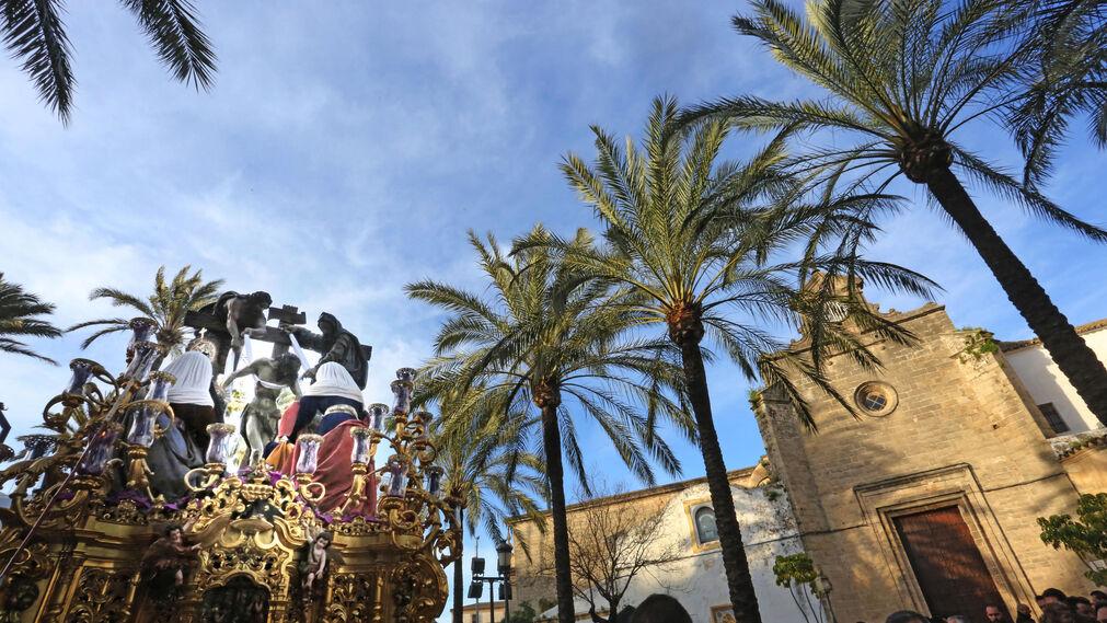 El renovado paso del Descendimiento pasando ante Santo Domingo.