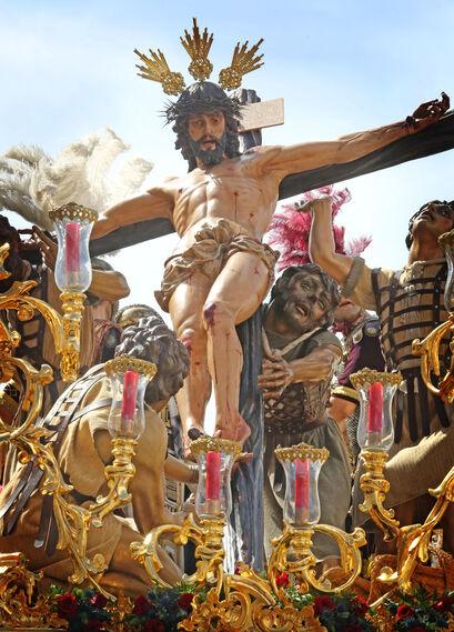 Los sayones judíos ayudan a incorporar la cruz donde ya ha sido crucificado el Cristo de la Exaltación.