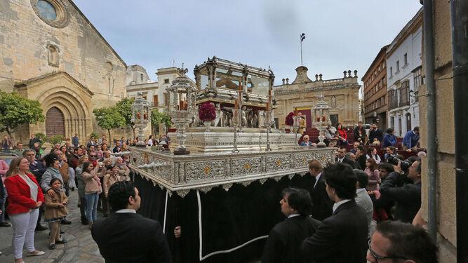 El misterio de la Exaltación ayer por el centro de Jerez en dirección a Honda y la calle Arcos.