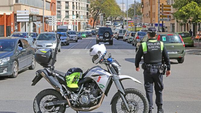 Un Policía Local regula ayer el tráfico en la zona tras quedar inutilizados los semáforos por el corte de luz.