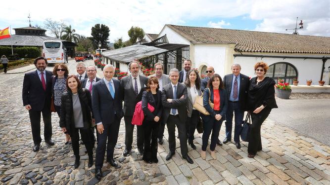 Los cónsules italianos en España tras la visita a los alrededores de la bodega una vez pausada la reunión anual, celebrada en esta ocasión en las instalaciones de González Byass.