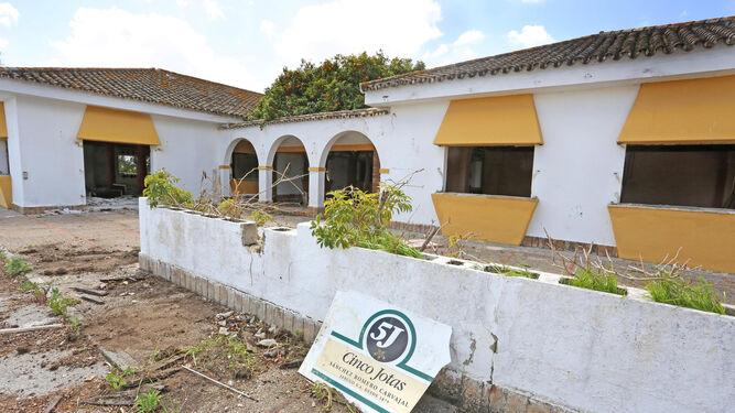 Actual estado de la entrada del conocido Restaurante Venta Antonio.