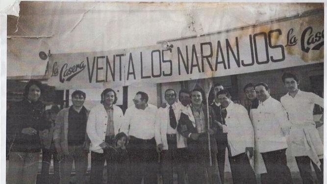 Antonio García Archidona en la Venta Los Naranjos, del que fue propietario, acompañado por Fernando Esteso y un grupo de empresarios del sector de la hostelería.