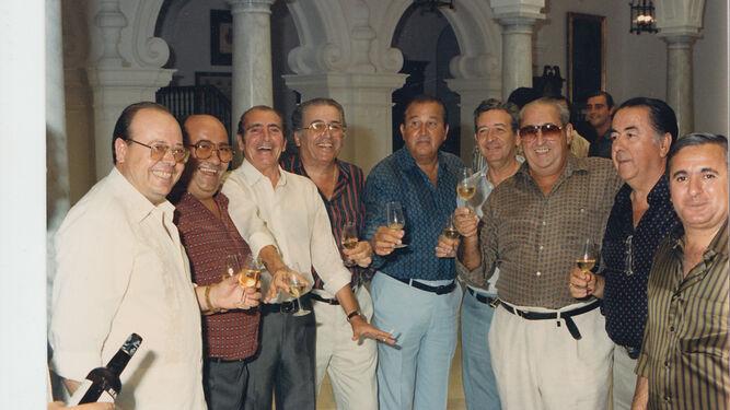 Reunión formada por Antonio García, Faustino, Bení de Caí, Pepe Benicio, Fermín Bohórquez y Juan del Tendido 6 entre otros.