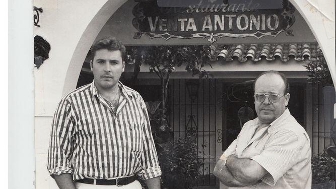 Antonio García Archidona junto a su hijo en el negocio familiar.