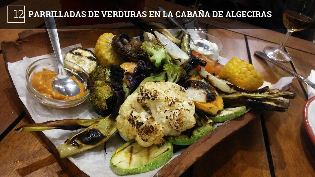 Sus componentes varían en función de la temporada, pero te puedes encontrar con especialidades poco habituales como las cebolletas, el maíz o las habichuelas verdes. La acompañan con dos salsas, un alioli y una romescu.