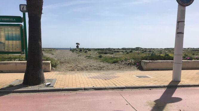 El hueco del paseo marítimo por el que el todoterreno salió de la playa.