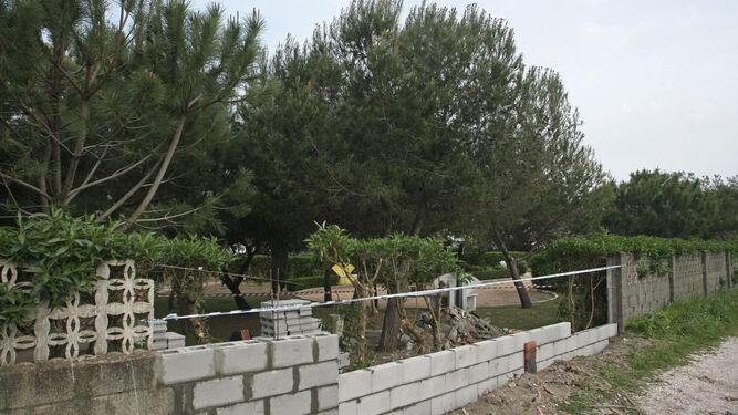 El muro que fue derribado, ya en reconstrucción.