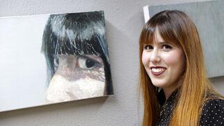 Ana Ledo posa junto a su retrato.