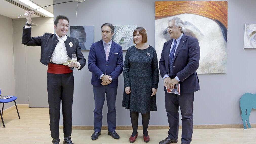 El venenciador Jesús Rubiales ofrece unas copas a Rafael Navas, Mila Martínez y Francisco Camas ayer tras la inauguración.
