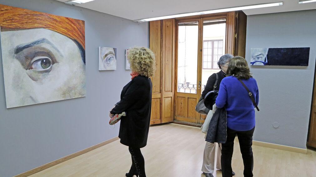 Público observa algunas de las obras de la exposición.