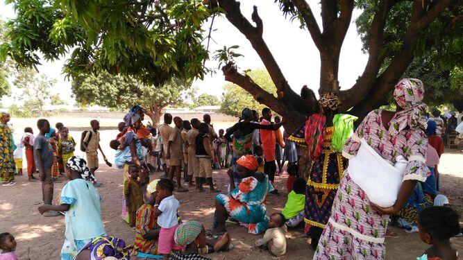 Familias de diferentes localidades de Costa de Marfil esperando para la vacuna.