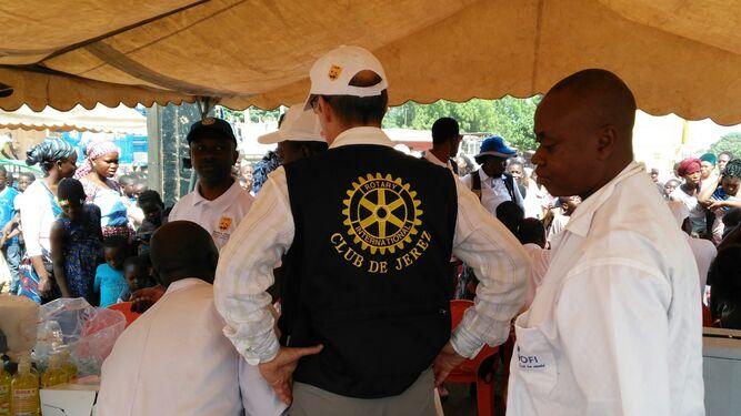 Uno de los miembros del Rotary Club de Jerez supervisa las mesas de vacunación.