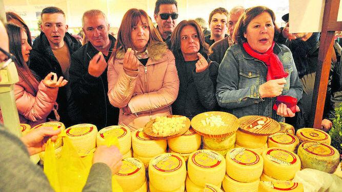 Un grupo de visitantes cata quesos, ayer en uno de los expositores de la feria.