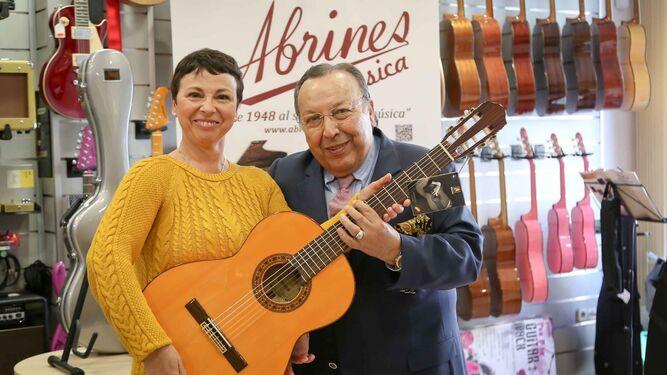 La jerezana Gloria Chacón recibió de manos de Paco Cepero una guitarra flamenca.
