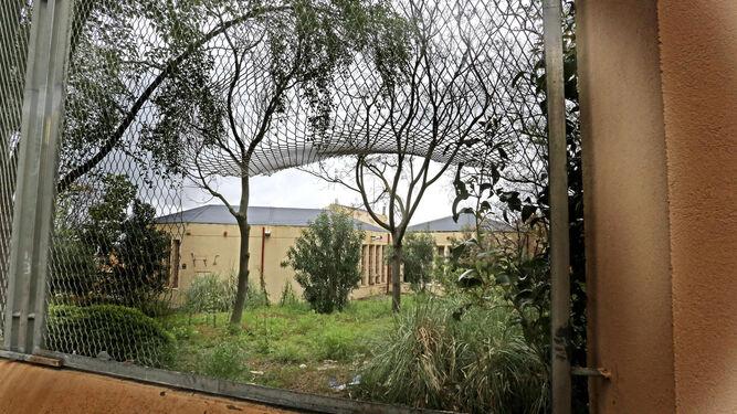 Agujero realizado en la valla exterior, por donde fácilmente se accede a las instalaciones.