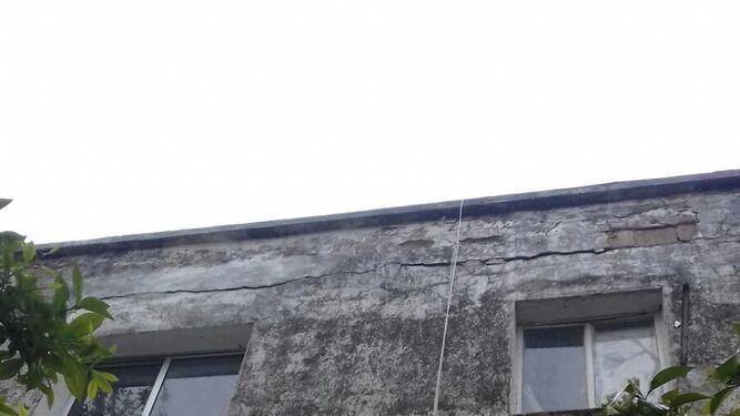 Vallas ante el riesgo de desprendimientos          en un bloque de la barriada La Asunción
