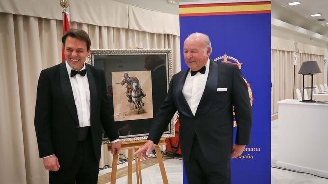 Álvaro Domecq recibe el premio, un cuadro, ante el autor del mismo, Augusto Ferrer-Dalmau.