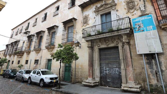 Fachada de la 'casa grande', la parte no rehabilitada de Villapanés.