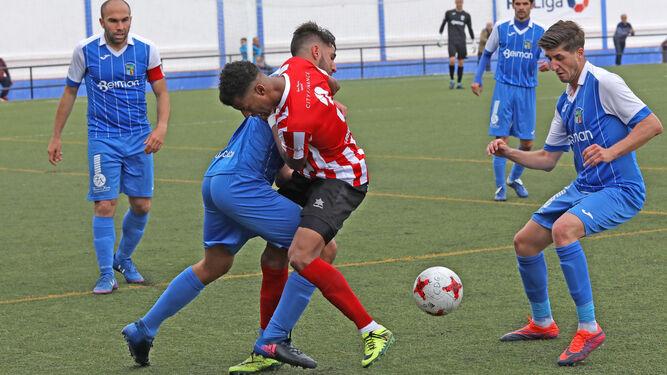 Alberto Durán y Pablo Castro forcejean por el balón.