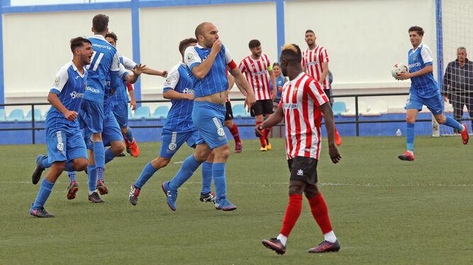 Diego Galiano, capitán del Guadalcacín, se besa el escudo tras anotar su primer gol de la temporada.