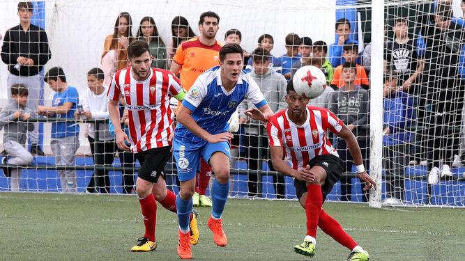 Pablo Castro despeja ante Canty con Iván Turrillo atento a la jugada.