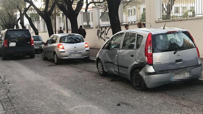 Uno de los coches, con el lateral hundido, tras el siniestro.