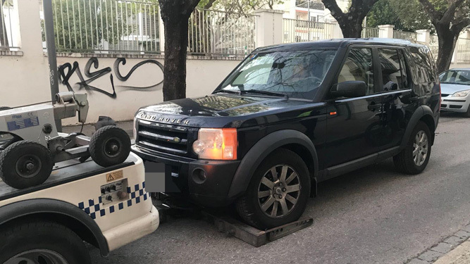 El vehículo que protagonizó el accidente fue retirado por la Policía Local.