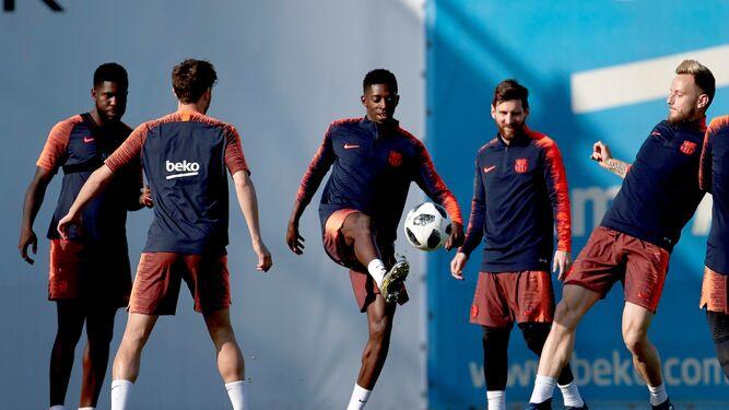 Umtiti, Andre Gomes (de espaldas), Dembele, Messi y Rakitic, durante un rondo en el entrenamiento de ayer en la ciudad deportiva.
