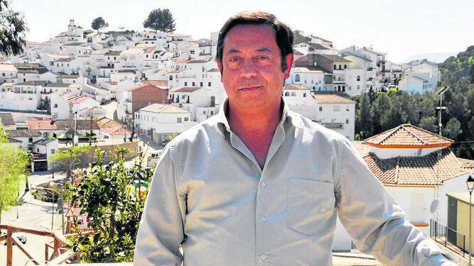 El cura Ramón Vázquez, ante una vista de Torre Alháquime.