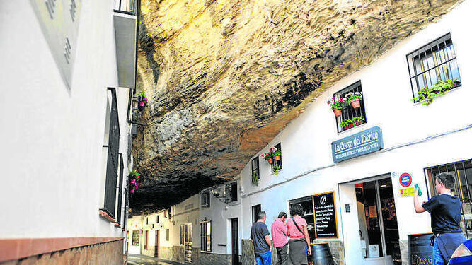 Una de las calles bajo las rocas en Setenil.