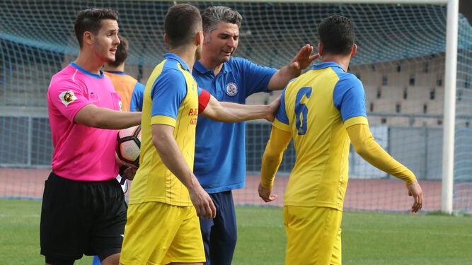 Al final de la primera parte, jugadores del Conil y el utillero del XDFC pidieron explicaciones al árbitro.