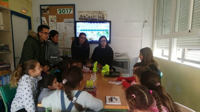 Los universitarios explican la actividad a un grupo de alumnos del Luis Vives.