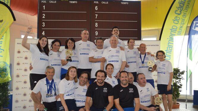 Foto de familia del Jerez Natación Master, campeón de España de fondo, en el podio del Complejo Ciudad de Cádiz.