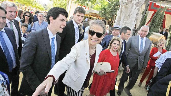 La Infanta Elena saluda al público que se congregó a las puertas de la caseta de González Byass, acompañada por la alcaldesa, Mamen Sánchez, ayer.