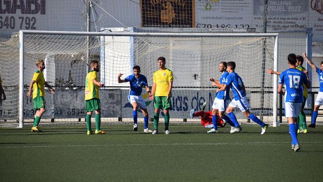 Álvaro levanta el puño derecho para celebrar el tanto del empate del Xerez Deportivo FC en Montilla.