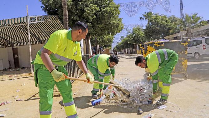 Trabajadores de Urbaser recogiendo basura.