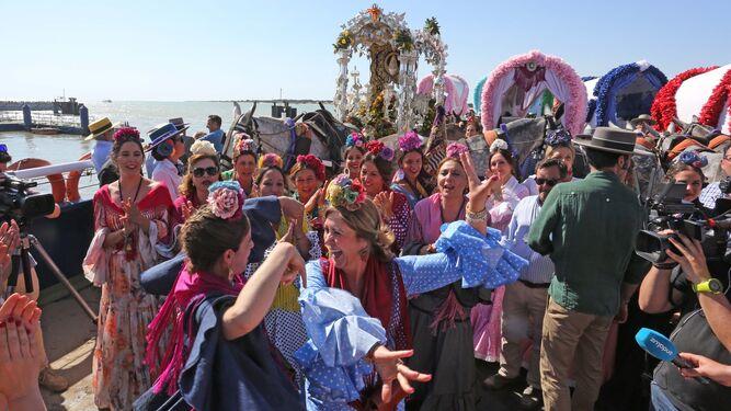 1. Rocieras bailan en una barcaza rumbo a la playa de Malandar, donde comienzan las arenas del Coto de Doñana. 2. Mamen Sánchez y sus tenientes de alcaldesa acompañaron a la Hermandad en su salida. 3. El camino a Sanlúcar (en la imagen) se hizo bajo un fuerte calor. 4. El director espiritual de la Real Hermandad, durante el rengue. 5. Los caballos de Jerez, únicos, desembarcan en Doñana 6. El Simpecado, siempre escoltado por los peregrinos.