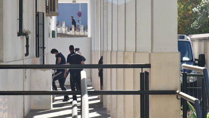 Uno de los detenidos por la agresión de El Rinconcillo entra en el Juzgado de Algeciras.