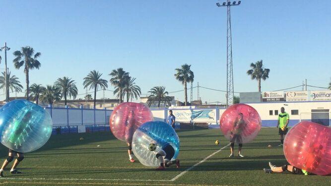 Alberto Vázquez preparó para sus jugadores como final de temporada una sesión de 'soccerball'.
