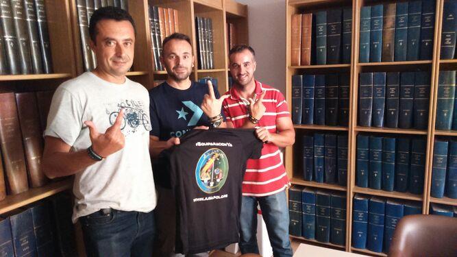 Óscar Troya, Miguel López y Patricio Moreno sostienen una camiseta de Jusapol en la hemeroteca de Diario de Jerez.
