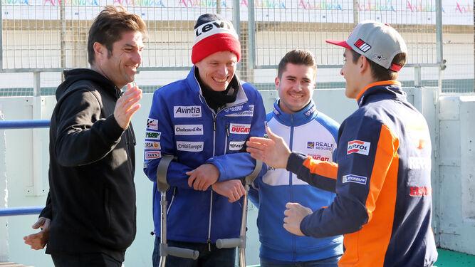 Márquez saluda a su amigo Tito Rabat, aún en muletas por la caída que tuvo en Silverstone.