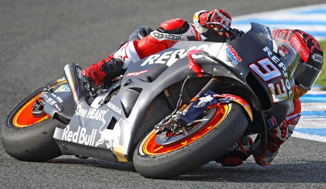 El piloto de Cervera traza la curva de entrada a la recta de meta del Circuito de Jerez.