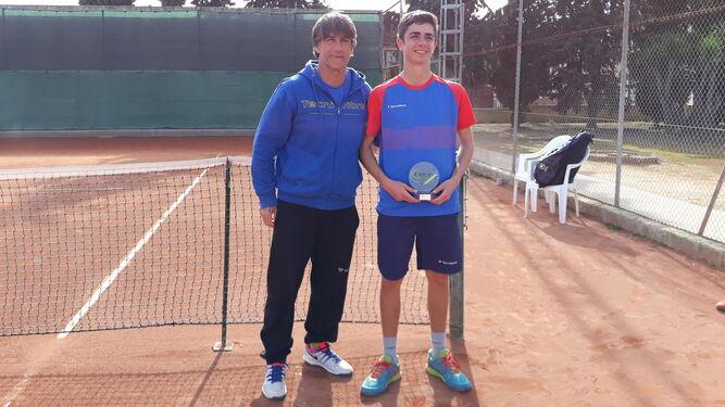 5b7c2216 Borja Delgado, con Paco Doña, responsable de la Escuela de Tenis del Club  Nazaret.