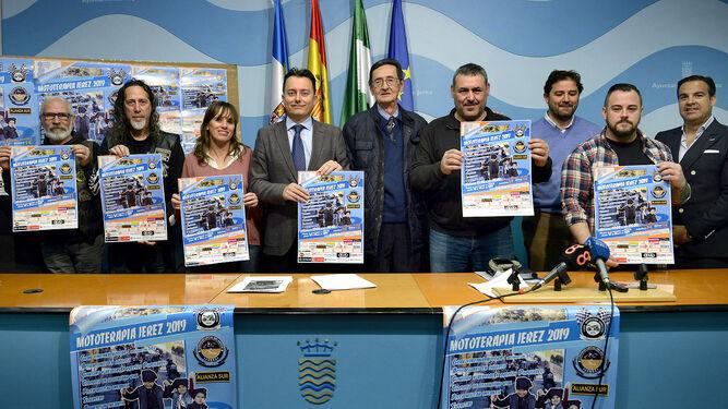 Los protagonistas de la rueda de prensa de presentación de Mototerapia muestran el cartel del evento.