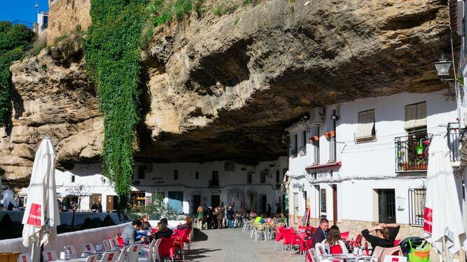 Las viviendas y los establecimientos incrustados en las rocas son el mayor atractivo de Setenil, un pueblo de moda