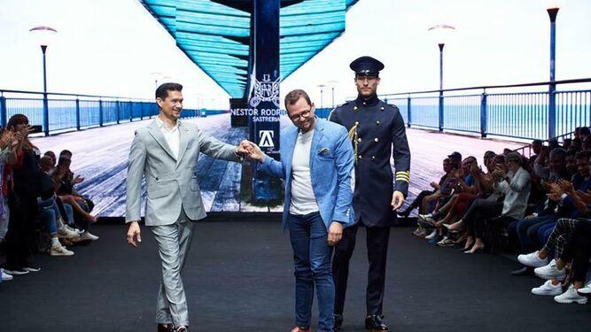 Abraham Zambrana (en el centro) con el diseñador Néstor Rodríguez y uno de los modelos de la Feria Internacional de la Moda de Tenerife, el pasado 13 de abril.