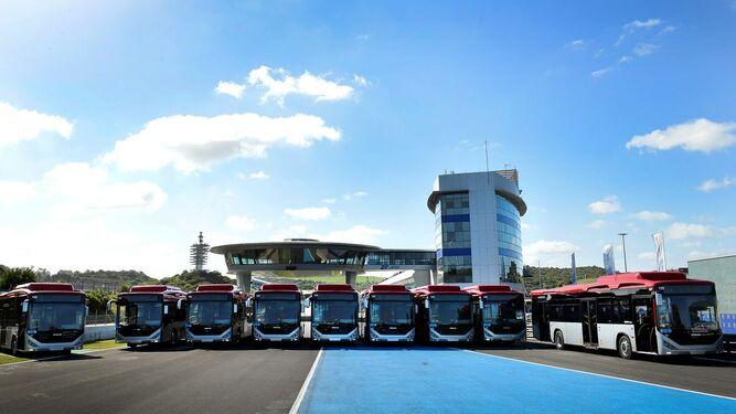 Los nuevos autobuses adquiridos por el Ayuntamiento vía renting, en el circuito.