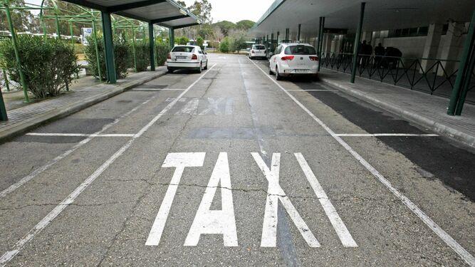 Imagen de la parada de taxis  del aeropuerto  de Jerez durante una jornada de paros.