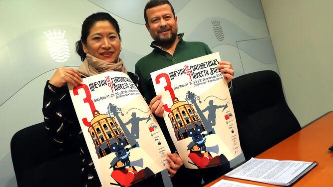 Ana Hérica Ramos y Daniel Cruz, con el cartel anunciador de la tercera muestra